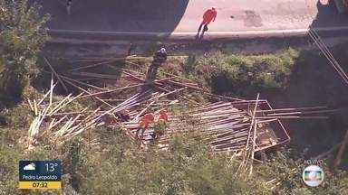 Caminhão carregado com madeira tomba na pista na BR-381, em Sabará - O acidente que aconteceu na altura do km 30, causou lentidão no trânsito na manhã desta quarta-feira.