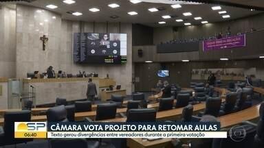 Vereadores aprovam em 1º turno plano de volta às aulas em SP - Projeto prevê aulas de reposição e aprovação automática de alunos