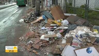 Moradores do bairro da Ribeira reclamam de acúmulo de lixo e entulho no meio dia rua - A Limpurb informa que o recolhimento de entulho nas ruas de Salvador teve aumento de 5% durante a pandemia.