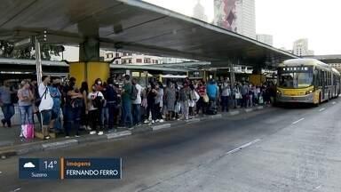 Em meio à pandemia de Covid, rodoviários e passageiros se arriscam em ônibus cheios - Cerca de 84% da frota de ônibus está em circulação e, por conta disso, as composições ficam mais cheias.