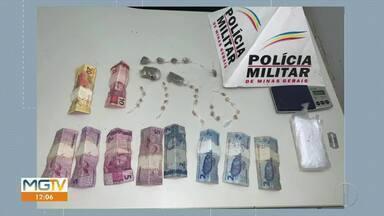 Dois jovens de 18 anos são detidos suspeitos de vender drogas em cemitério - No muro do cemitério, os policiais encontraram 22 pedras de crack, cinco buchas de maconha e dois tabletes da mesma droga.