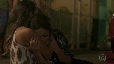 Dorinha encontra Carolina na sarjeta - A jornalista conta para a irmã que tomou um tapa de Lili