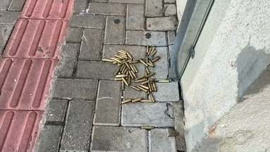 PM de Avaré é atingido por estilhaços de bala durante ataque de quadrilha em Botucatu - Um policial militar de Avaré (SP) foi atingido por estilhaços de bala durante um ataque de uma quadrilha em Botucatu (SP), na madrugada desta quinta-feira (30).