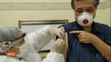 Testes da vacina chinesa contra o coronavírus chegam a Ribeirão Preto (SP) - Profissionais de saúde começam a receber a dose.