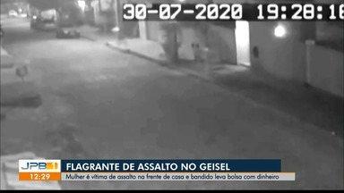 Mulher é vítima de assalto na frente de casa, no Geisel, em João Pessoa - Câmeras de segurança flagraram a ação.