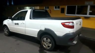 PRF prende homens com carro roubado, em Alto Paraná - O carro estava com placas falsas. Veículo foi roubado no mês passado.