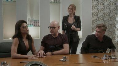 Carolina não disfarça a frustração com vitória de Eliza - A diretora quase abre a aposta para Eliza, mas Arthur e Pietro impedem. O empresário convoca reunião entre Carol e Zé Pedro para cuidarem da finalização da aposta