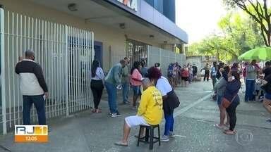 Nascidos em fevereiro e março fazem fila nas agências da Caixa para sacar o auxílio - O atendimento foi encerrado ao meio-dia deste sábado (1º). No Méier, a Rua Dias da Cruz foi fechada para evitar a aglomeração.