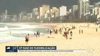 Nova fase de flexibilização do Rio permite banho de mar e horário estendido nos shoppings - A permanência na areia continua proibida, assim como esportes coletivos aos fins de semana. Os shoppings voltaram ao horário tradicional: 10h às 22h.