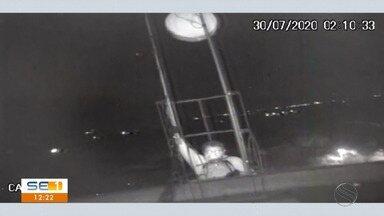Circuito de segurança flagra homem furtando equipamentos de torre de internet - Circuito de segurança flagra homem furtando equipamentos de torre de internet.