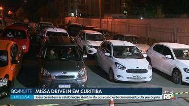 Fiéis assistem à missa de dentro do carro no estacionamento de uma paróquia de Curitiba - As missas são realizadas no sistema drive in para evitar aglomeração.