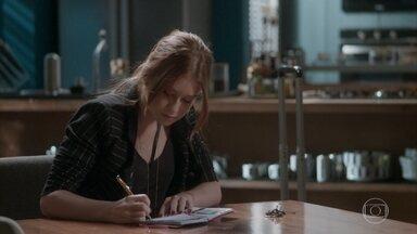 Eliza escreve bilhete de agradecimento a Arthur - A ruiva arruma as malas e relembra os momentos que passou no apartamento do agente