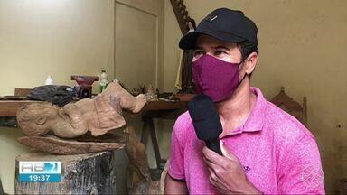 Artista plástico produz obras em madeira em Garanhuns - João já trabalha com arte há 25 anos.