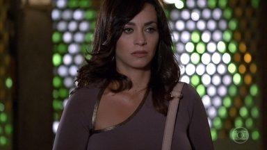Joana procura por Luana - A irmã de Marcela mostra a foto de Tereza Cristina no hospital no dia da morte da jornalista
