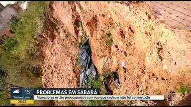Moradores de Sabará estão preocupados com rua que cedeu e não foi consertada - Eles afirmam que o problema começou com as chuvas de janeiro e temem que a situação piore com a chegada do período chuvoso.