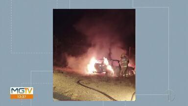 Carro bate em barranco e pega fogo na MGC-404; motorista sofreu ferimentos leves - Segundo informações do Corpo de Bombeiros, o motorista, de 63 anos, perdeu o controle da direção em uma curva e bateu em um barranco. Ele foi retirado do carro por terceiros antes que as chamas começassem.