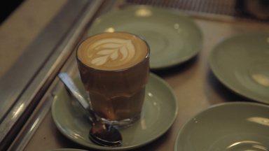 Australia (Sydney E Melbourne) - O programa mostra Melbourne, a meca dos cafés na Austrália. Lá, Paula conhece duas cafeterias pioneiras no universo dos cafés especiais. Em Sydney, ela conhece um brasileiro que representa o nosso café por lá, além de visitar uma cafeteria diferente de tudo que já viu.