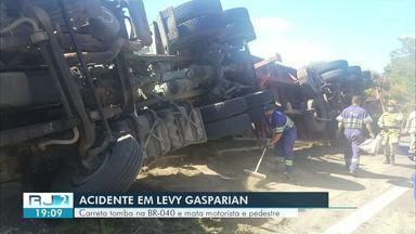 Carreta tomba na BR-040 e mata motorista e pedestre em Levy Gasparian - Acidente aconteceu na altura do km 7 do sentido Juiz de Fora.