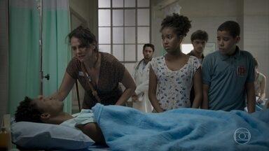 Wesley se recupera de cirurgia e não se lembra do acidente - O menino pergunta por Montanha e Rosângela desconversa