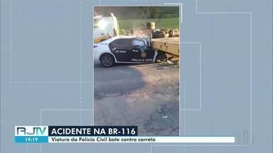 Viatura da Polícia Civil bate contra carreta em Bom Jardim, no RJ - Segundo o Corpo de Bombeiros, havia apenas um condutor no veículo. A vítima foi levada para o hospital do município em estado grave.