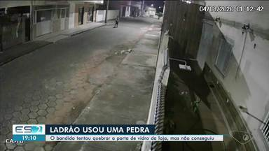 Homem tenta quebrar porta de vidro com pedra em Linhares, ES, mas não consegue - Confira na reportagem.