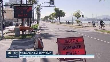 Motociclistas têm novo acesso em balsa que liga Santos a Guarujá - Mudança na travessia de balsas começou nesta terça-feira (4).