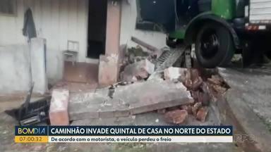 Caminhão invade quintal de casa no norte do Paraná - De acordo com o motorista, o veículo perdeu o freio.