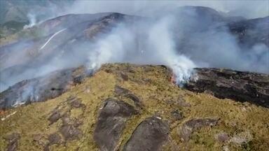 Incêndio na região serrana do RJ já atingiu área equivalente a 200 campos de futebol - A polícia abriu inquérito para apurar as causas do fogo no Parque Nacional da Serra dos Órgãos; a suspeita recai sobre baloeiros. O combate às chamas chega por helicóptero.