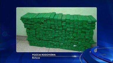 Polícia apreende mais de 400 tijolos de maconha em porta-malas de carro em Boituva - Um homem foi preso na madrugada desta sexta-feira (7) por tráfico de drogas após policiais rodoviários encontrarem tijolos de maconha escondidos no porta-malas de um carro, em Boituva (SP).