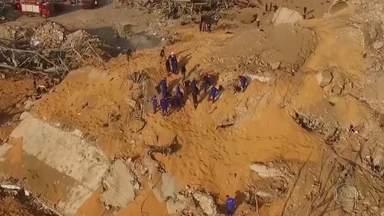 Equipes de resgate intensificam buscas por desaparecidos na explosão em Beirute - Explosão matou 154 pessoas e feriu mais de 5 mil. Perto de 85% dos cereais do Líbano estão no chão.