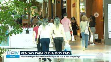 Confira o movimento do comércio de Salvador neste sábado, véspera do dia dos pais - O centros comerciais abriram mais cedo e vão fechar mais tarde nesta véspera do dia dos pais.