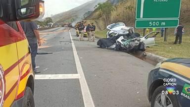 Duas crianças morrem após colisão entre carro e carreta na Via Dutra, em Lavrinhas - Acidente foi na pista sentido São Paulo. Carro invadiu pista contrária, se chocando de frente com carreta. Motoristas dos dois veículos ficaram feridos