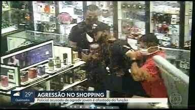 Policial que agrediu jovem em shopping é afastado - Policiais que participaram da agressão ao jovem no shopping na Ilha do Governador vão prestar depoimento