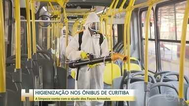 Em Curitiba, ônibus começam a ser higienizados com a ajuda das Forças Armadas - Trinta soldados do exército vão aplicar um desinfetante a base de amônio.