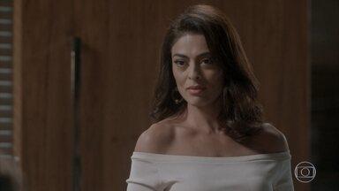 Carolina pergunta a Arthur se Eliza sabe da aposta feita entre os dois - Carol ameaça contar, mas desiste por achar que já aprendeu a lição