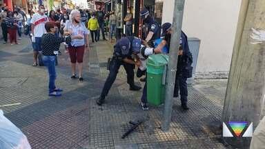 Polícia Civil investiga confusão entre GCM e morador de rua em São José dos Campos - Pessoas que passavam pelo local filmaram e criticaram a ação.