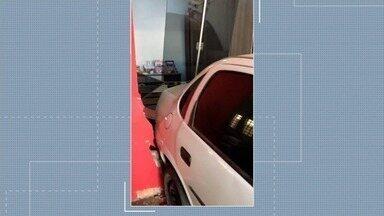 Preso suspeito de derrubar o portão da casa da ex-namorada após briga, em Goianésia - Casa ficou bastante danificada.