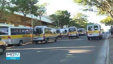 Motoristas do transporte escolar fazem protesto em BH - Sem trabalhar por conta da pandemia, eles querem autorização para fazer o transporte de passageiro.
