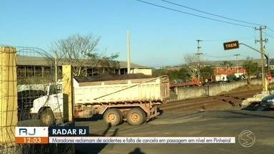 Moradores reclamam do perigo da passagem em nível do trem em Pinheiral - Segundo eles, é comum acontecerem acidentes no local. O último foi registrado na segunda-feira.