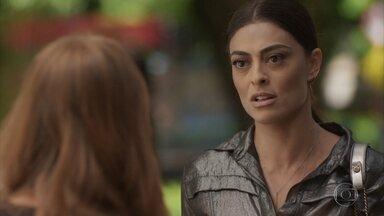 Carol conta a Eliza sobre aposta com Arthur - Jornalista faz intriga para prejudicar relacionamento da ruiva com o empresário