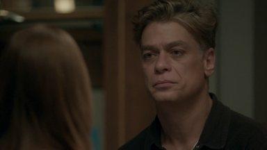 Eliza encara Arthur e revela que já sabe da aposta - O diretor chega em casa e Cida avisa que a ruiva está o esperando para conversar