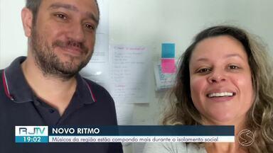 Músicos do Sul do Rio contam como estão produzindo durante o isolamento social - Pandemia fez com que eles tivessem que se reinventar e criar alternativas para continuar o contato com o público.