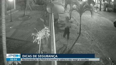 Homem é assaltado e reage jogando celular para dentro de condomínio em João Pessoa - Imagens de circuito de segurança registraram detalhes da ação.