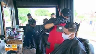 Barbeiros apostam em conteiner e trailer para atender clientes - Além de reduzir custos, eles ganham mobilidade.