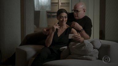 Carolina sofre ao ver vídeo de serenata e pedido de casamento - Pietro tenta consolar a amiga
