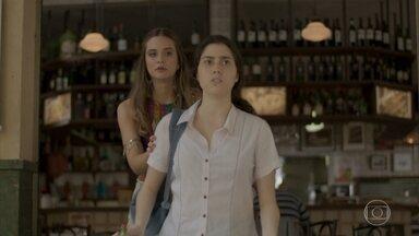 Cassandra arma assalto fake para juntar Débora e Fabinho - Riscado tenta passar por bandido, mas acaba levando a pior. Fabinho conversa com Lili