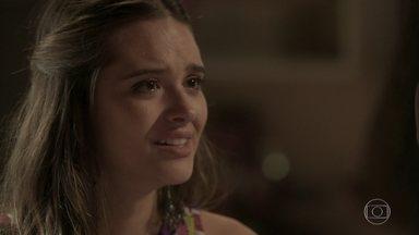 Cassandra afirma que está abrindo mão de Fabinho pela irmã - Depois do assalto fake, Débora percebe que a maluquinha se apaixonou pelo rapaz