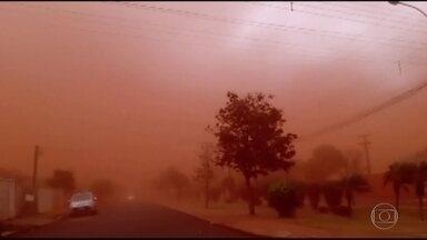 Nuvem de poeira atinge cidades do centro-oeste de São Paulo - Segundo o IPMet, o fenômeno é consequência de uma frente fria que se desloca sobre o Paraná.
