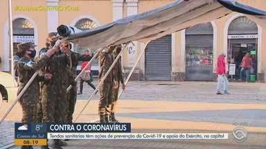 Tendas sanitárias para ações de prevenção da Covid-19 são instaladas em Porto Alegre - Serão 11 tendas para monitorar possíveis áreas contaminadas pela doença. Ação tem o apoio do Exército.