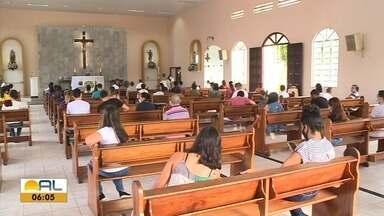 Celebrações presenciais foram retomadas nesse fim de semana nas igrejas de Maceió - Número de fieis foi reduzido, seguindo protocolos de segurança.
